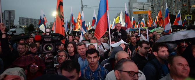 """""""Patrioti"""" russi sfilano nella Piazza Rossa, Putin fa scattare la retata"""