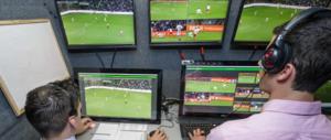 Arriva la svolta nel calcio: moviola in campo subito, l'Italia fa da apripista