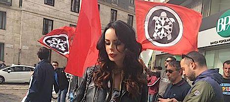 Nina Moric al sit in di CasaPound sotto al consolato americano di Milano