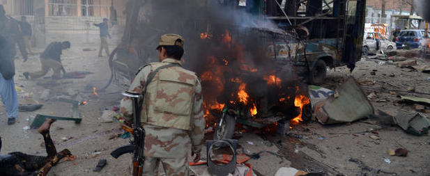 Nuova fiammata dei talebani pakistani: strage nella moschea scita, 22 morti