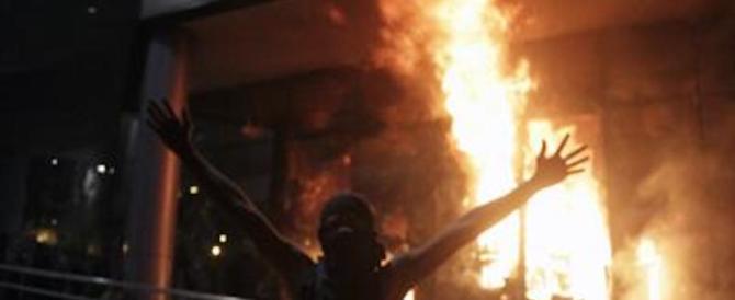 Paraguay, manifestanti assaltano il Parlamento e appiccano incendio (video)