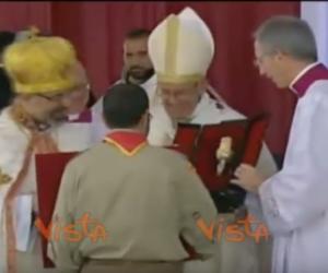 Bergoglio e l'abbraccio del Patriarca copto: «La sua visita è un dono immenso» (video)
