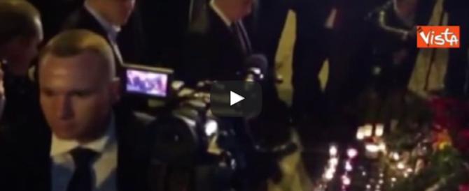 San Pietroburgo, Putin in ginocchio sul luogo dell'attentato (video)