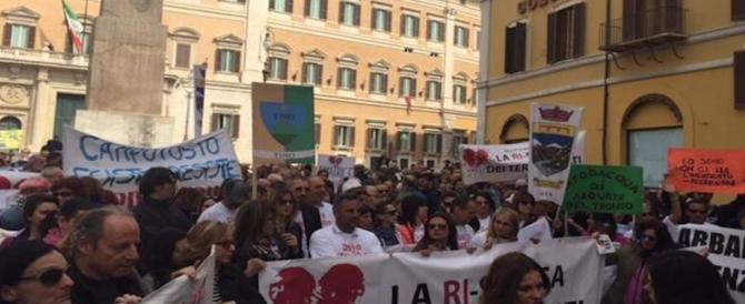 I terremotati a Montecitorio: «Siamo stati dimenticati, blocchiamo l'Italia»