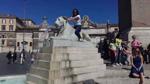 Vandali a piazza del Popolo: sui leoni del Valadier come al Luna Park