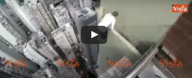 Acrobazie terrificanti sui cornicioni di un grattacielo. Il video è subito virale