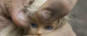 Minorenne abusa di ragazzine davanti ad altri coetanei (rimasti indifferenti)