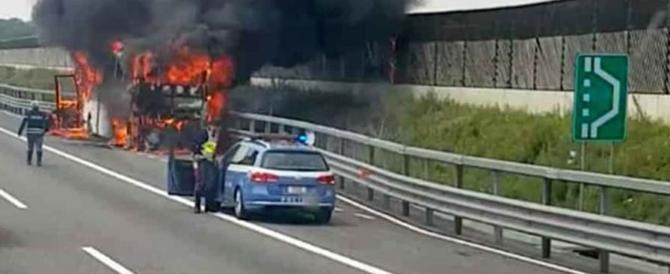Paura sull'A4: pullman con scolaresca a bordo in fiamme. Nessun ferito