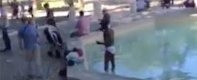 Migrante si lava indisturbato nel Parco Colle Oppio davanti ai bambini (video)