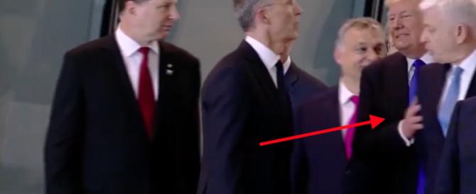 Così Trump umilia i Capi di Stato: sposta tutti e si mette in prima fila (video)