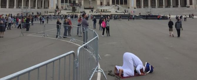 """A Fatima musulmano si inginocchia e prega Allah: lo """"scatto"""" fa il giro del web"""