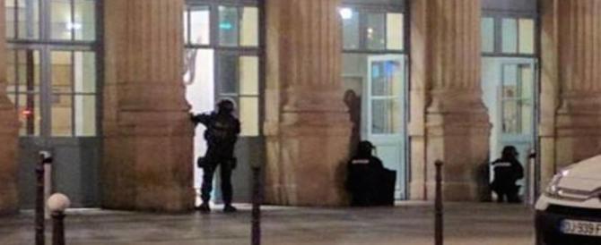 Paura a Parigi, evacuata la Gare du Nord: caccia a tre sospetti terroristi (video)
