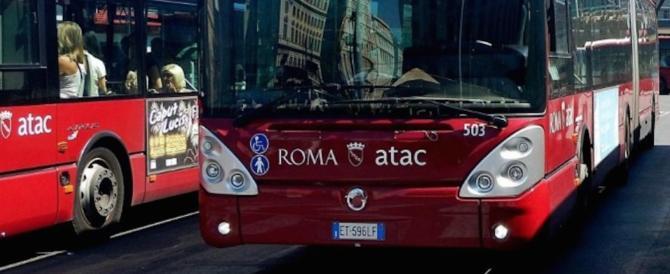 L'autista si distrae e il bus si perde per le vie di Roma per un'ora (video)