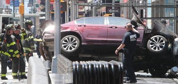 New York, un'auto ad alta velocità sulla folla: un morto e una decina di feriti