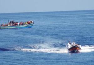Moas carica i primi immigrati dal barcone