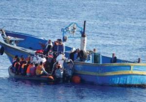 Moas carica gli ultimi immigrati dal barcone