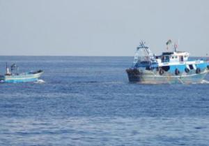 I trafficanti libici si riportano via il barcone dove stavano gli immigrati