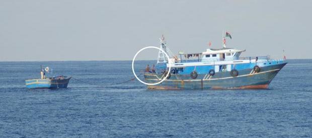 Ecco le foto che smentiscono Moas: così incontra i trafficanti in mare
