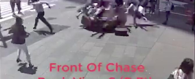 New York, le terribili immagini dell'auto impazzita e del tentato linciaggio (video)