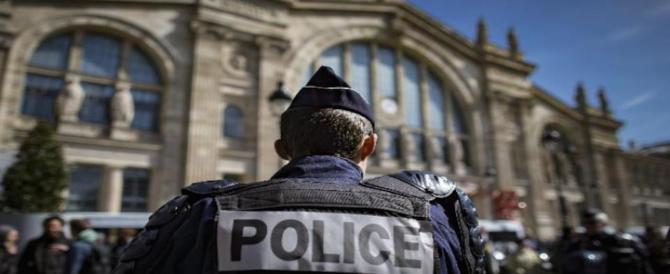 Parigi, inneggia ad Allah e aggredisce un militare col coltello