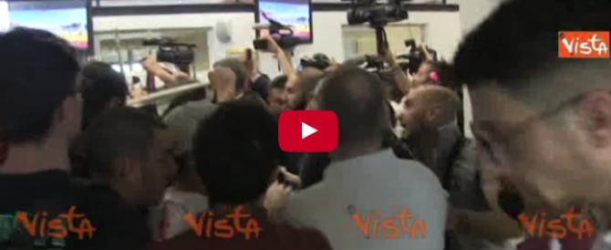 """""""Buffona, dimettiti"""". Irrompe CasaPound, la Raggi scappa (VIDEO)"""