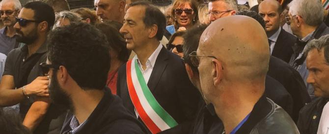 Al corteo di Milano pro-immigrati contestato il sindaco Sala
