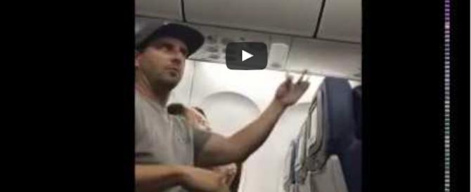 Choc a bordo, famiglia minacciata e cacciata dalla hostess: bufera sulla Delta (video)