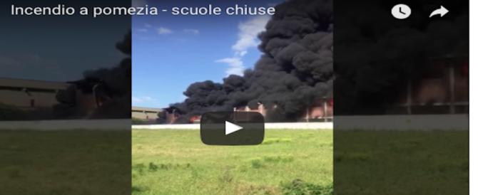 Incendio a Pomezia, la nube tossica fa paura a Roma: «Non aprite le finestre» (video)