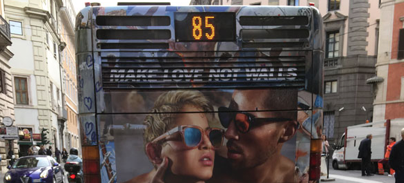 """""""Propaganda pedofila"""" sui bus di Roma? Ma la foto è solo volutamente ambigua"""