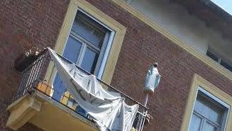 Milano, gli anarchici oltraggiano la Madonna. Ma il prefetto pensa ai saluti romani
