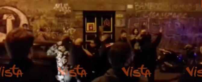 Napoli, carabinieri tentano di entrare in un centro sociale (video)