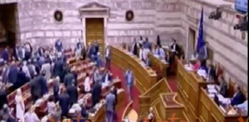 Grecia, deputato di Alba Dorata colpisce il collega con un pugno (video)