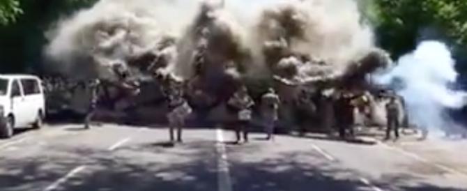 Tifosi della Dinamo Dresda marciano in mimetica. Disordini a Karlsrhue (video)