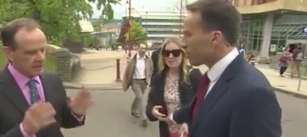 Una donna interrompe la sua intervista e il giornalista le tocca il seno (video)
