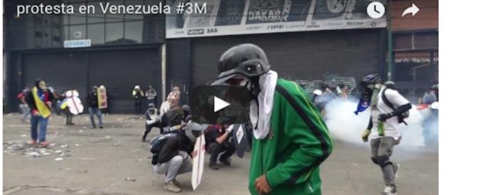 Il Venezuela brucia: e nelle proteste un manifestante viene dato alle fiamme (VIDEO)