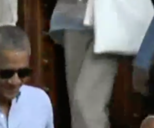 Obama e Michelle a Siena vanno in chiesa e accendono un cero alla Madonna (video)