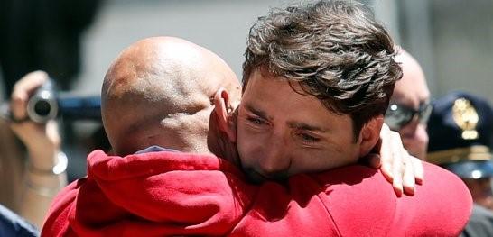 """Trudeau ad Amatrice. Abbraccio con Pirozzi: """"Qui per condividere la sofferenza"""""""