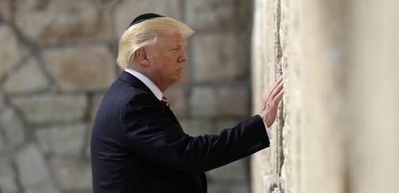 Trump, storica visita al Muro del Pianto: la prima volta di un presidente Usa
