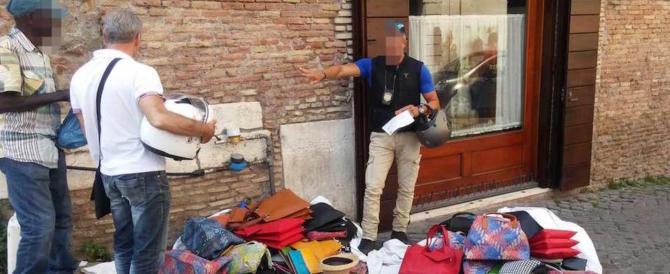 Roma, blitz dei vigili contro gli abusivi. Sequestrati 4 metri cubi di merce