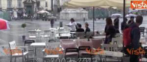 """I """"fans"""" della canna libera come Fantozzi: la pioggia li mette in fuga… (video)"""