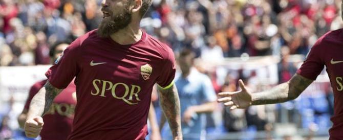 """Il derby continua: la Lazio all'attacco della scritta """"Spqr"""" sulle maglie della Roma"""