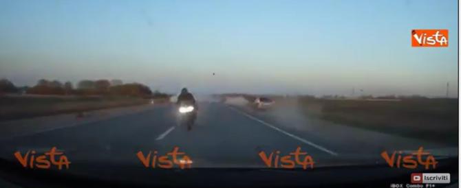 Gara tra moto, lo schianto terrificante ripreso dall'auto (video)