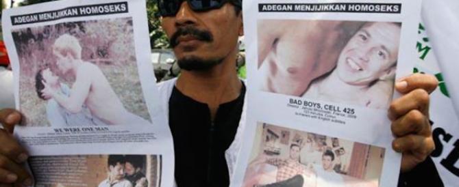 Indonesia, sorpresi durante un festino gay: arrestati perché «si guardavano»