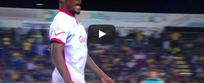 Follia del nigeriano Mbakogu: fuga dal campo e gestaccio ai tifosi (video)