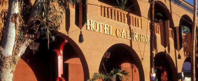 Gli Eagles fanno causa all'Hotel California: «Fate soldi grazie a noi» (video)