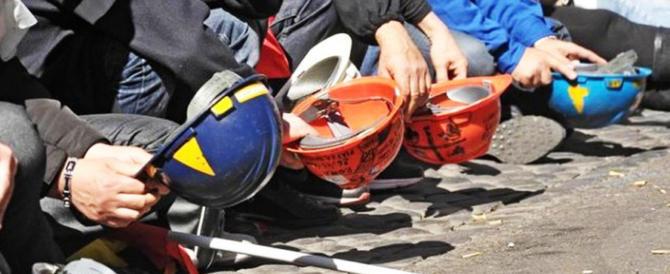 Lavoro, la truffa del Jobs Act: crollano i contratti stabili e cresce il precariato