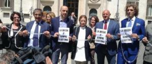 FdI si incatena davanti Montecitorio. Meloni: «La difesa è sempre legittima» (video)