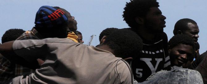 Ore di panico al centro d'accoglienza: migranti sequestrano due operatici