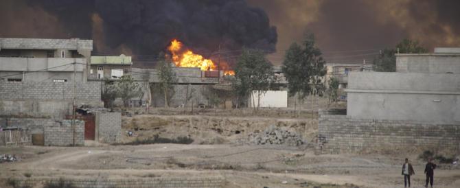 L'Isis in rotta da Mosul dà fuoco agli archivi per coprire i suoi crimini