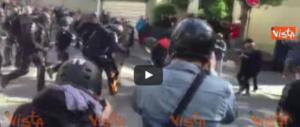 Parigi preda della violenza black bloc: 4 agenti feriti, di cui uno grave (video)